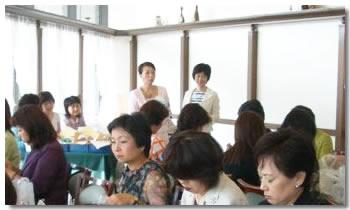 フラワーアレンジメントを指導する中川厚子先生(左)と恒川鈴子先生(右)