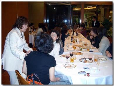 お食事会で各テーブルを回ってアドバイスをする荻野先生