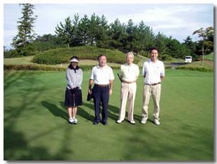 晴天下の90周年記念ゴルフ大会