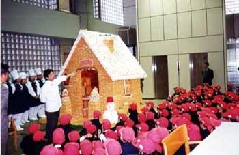 日本一の おかしの家を くぐろう!  歩いてすぐの 大手前 栄養製菓学院 からの招待。 お菓子の家を 通り抜け、 お土産に 全員クッキーを いただきました。