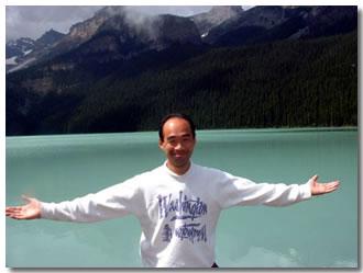 カナダ・バンフ国立公園にて  大自然の中では引率教員も自然体です!